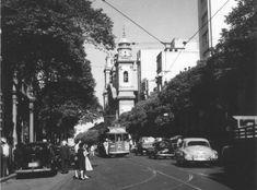 """Nesta foto de Marcel Gautherot, fotógrafo francês que veio para o Brasil na década de 40 e considerado por Drummond """"um dos mais notáveis documentadores da vida nacional"""", vemos a Rua Primeiro de Março provavelmente na década de 50."""