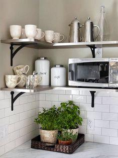 Открытые полки как вариант организации хранения на кухне