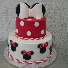 Pastel de Minnie de dos pisos relleno de crema de fresas y trufa cobertura de ganaché de chocolate negro