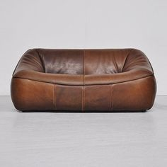 Mystery leather sofa. I can't find any information about this beautiful leather sofa despite it's appearance on many Pinterest and Tumblr sites.  Anyone know anything about it…?
