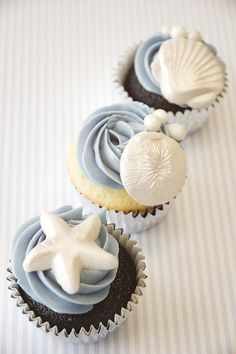 Beach weddings are unlike other types of weddings. You can make it memorable with decorated wedding cupcakes. This pic shows a perfect decoration of wedding cupcakes for beach wedding Seashell Cupcakes, Beach Cupcakes, Yummy Cupcakes, Pretty Cupcakes, Beach Wedding Cupcakes, Beautiful Cupcakes, Cupcakes Design, Cake Designs, Mini Cakes