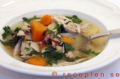 Recept på en god äkta kycklingsoppa på hel kyckling som får koka länge och ger en fantastisk smak. Bilder steg för steg.