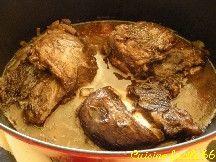 JOUE DE PORC AU VIN ROUGE ET PIMENT D'ESPELETTE (spécialité catalane) La joue de porc est un morceau délicieux. Sans doute le morceau le plus tendre du porc. (3 joues de porc (330 gr pièce), 1 oignon, 3 gousses d'ail, huile d'olives, 50 cl de vin rouge corsé (Corbière), piment d'Espelette, thym, sel)