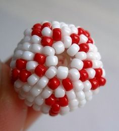 Red patterned beaded bead.  (Very good pictures, but Translate)  #Seed #Bead #Tutorials