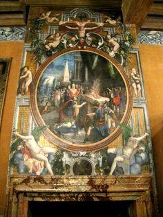 Chateau-Ecouen-A l'origine cloisonnée, cette salle a conservé une grande partie de son décor peint sur la poutre, les frises et les ébrasements des fenêtres. Il se caractérise par des motifs de trophées, de casques et d'armes issus de modèles gravés, largement diffusés à partir de l'Italie. De l'accès primitif à la galerie orientale détruite en 1787, on conserve un départ d'ouverture et des éléments peints (près de la porte).