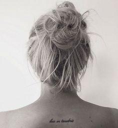 Idées de phrases pour tatouage : « Lux in tenebris »