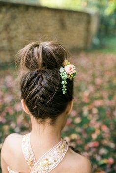Kommunionfrisuren Mädchen echte Bluemen als Haarschmuck hochgesteckte Haare