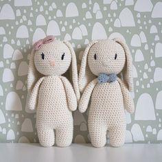 Hæklet kaninbamse hæklet i økologisk bomuldsgarn fra Krea Deluxe Crochet Baby Toys, Crochet Teddy, Easter Crochet, Newborn Crochet, Love Crochet, Crochet Animals, Crochet Dolls, Baby Boy Gifts, Toddler Gifts