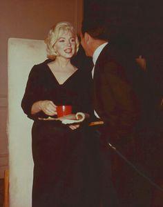"Image - 1960 / Pause café pour Marilyn, Gene KELLY et Yves MONTAND lors du tournage de ""Let's make love"". - Wonderful-Marilyn-MONROE - Skyrock.com"