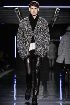 Ermanno Scervino. Colección masculina Otoño-Invierno 2014 Milán. Abrigo en lana jaspeada, polera negra en cashemere, pantalón negro en piel y botas negras.