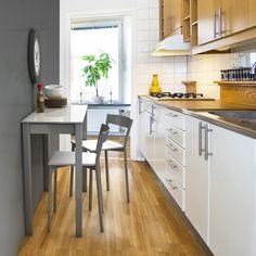 Cocina estrecha con la mesa extensible Unicca, fabricada en metal y cristal templado.