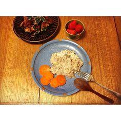ayumi_waraツナの雑穀米リゾット(しめじ、ジャガイモ、タマネギ) ほうれん草の甘辛豚巻き、いちご  じゃがいもを小さめにカットして、リゾット全体にとろみを出して。じゃがいもの旨味が味の中心。 肉巻きはほうれん草を初めて使いました。にんじんと違って、下茹でいらずなのがラク。 #おうちごはん #晩ごはん #リゾット #肉巻き