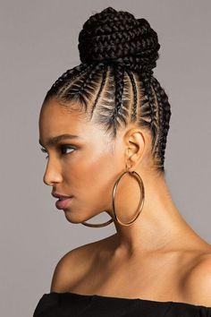 coiffure pour cheveux bouclés originale mini tresses plaquées large chignon haut #hairstyles