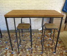 Ensemble table haute rectangulaire style industriel, métal et bois et 4 tabourets hauts. Parfait pour un restaurant ou une petite salle-à-manger.