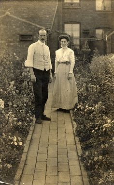 50 Amazing Found Photos Capture Edwardian People in Their Gardens ~ vintage everyday Edwardian Clothing, Edwardian Dress, Edwardian Era, Edwardian Fashion, Fashion Vintage, Vintage Beauty, Vintage Pictures, Old Pictures, Vintage Images