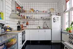 cozinha branca, com azulejos brancos e sem armários na parede