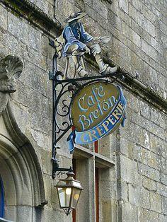 Bonjour à tous et à toutes, Aujourd'hui je continue de vous parler de mon périple estival avec Rochefort en Terre, Blason de Rochefort en Terre Rochefort est sur le chemin breton qui conduit à Saint Jacques de Compostel, aujourd'hui encore des pelerins...