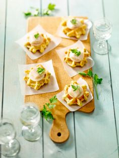 Aardappelwafeltjes met gerookte paling - Libelle Lekker Bistro Food, Clean Eating Challenge, Good Food, Yummy Food, Snacks, Waffle Recipes, Food Presentation, High Tea, Superfood
