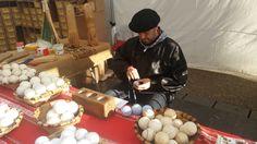 #Eskupilota #pelotaamano #juegovasco. Pelotas artesanales realizadas a mano en la feria de #SantoTomás2015 #pilotagile de #Anoeta.