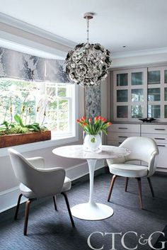 Marble-top #Saarinen table and leather-covered #Saarinen chairs by Knoll | Connecticut Cottages & Garden