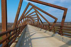 Fraaie toepassing van Corten. Beautifull way of using corten on this pedestrian bridge.
