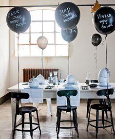 Maak een feest van je feestje: versier de tafel, blaas de ballonnen op en bak de taart.