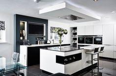 Moderne Küche mit zwei Kochinseln und abgehängter Decke