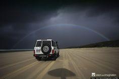 「月虹」(げっこう:moonbow)をご存知ですか? 月の光によって作られる虹のことです。  「Astronomy Picture Of The Day」(きょうの天文写真)というサイトで、興味深い宇宙や気象の写真を毎日紹介しているアメリカ航空宇宙局(NASA)は、ハワイのモロカイ島で早朝に撮影された月虹の写真を掲載しています。  NASAの説明によれば、月虹を見ることができるのは、降っている雨と、澄んだ夜空の明るい月から放たれる光の間に偶然立つ、という幸運に恵まれたとき。「月虹は、雨のしずくが月の光を反射したときに作られる」そうです。  まだこの幸運に巡り会っておらず、月虹を見たことのない人たちのために、いくつかの写真を紹介しましょう。