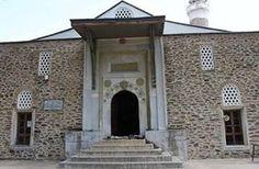 AYDINOĞLU MEHMET BEY CAMİİ  Aydınoğlu Mehmet Bey tarafından 1312 yılında yaptırılmıştır. Doğu ve güney cephesi devşirme mermer bloklarla kaplı olup moloz taştan yapılmıştır. Güneydoğu köşesine arkaik bir aslan heykeli yerleştirilmiştir. Anıtsal giriş kapısından 15 devşirme sütunlu harime girilir. Burası kurşun kaplı kırma çatıyla örtülüdür. Mihrabı geometrik, firuze ve patlıcan moru çinilerle kaplıdır. Ahşap mimberi ise kündekâri tekniği ile yapılmış, yıldız ve geçmelerden oluşan Selçuklu…