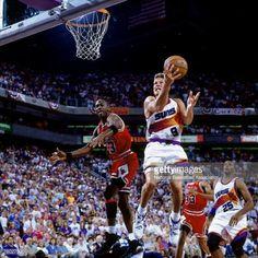 Fotografia de notícias : Dan Majerle of the Phoenix Suns attempts a layup...