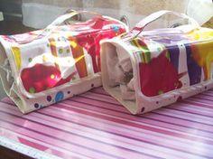 Génial ce tuto de pochette multi-trousses: à l'intérieur, 4 trousses zippées en forme de triangles pour séparer les trucs-bidules que vous voulez y mettre en compartiments bien distincts. De quoi ravir les maniaques du rangement (pour séparer les clés Allen des tournevis ou bien les rouges à lèvres des blushs...) !