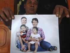 Widi Yuwono mostra foto da irmã Yuli Hastini com o marido holandês John Paulissen e os filhos Arjun e Sri. Os quatro embarcaram em Amsterdã ...