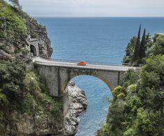 Hoch über der Küste mit traumhaften Ausblicken, durch wunderschöne Landschaften oder vorbei an beeindruckenden Bauwerken: TRAVELBOOK hat neun spektakuläre Roadtrips in Europa zusammengestellt.