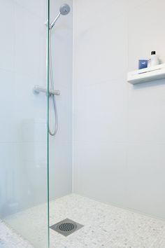 Vaalean rauhallinen kylpyhuone. Laatat ABL-Laatat #mosaiikki #abl #abllaatat #valkoinen #harmaa #kylpyhuone #vessa #laatat