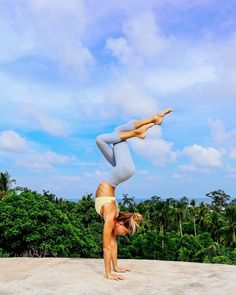 Yoga has been part of our lives when it comes to tension and stress relief. Through yoga we gain a deeper knowledge and understanding of oneself. Yoga Inspiration, Fitness Inspiration, Beach Yoga Girl, Fitness Goals For Women, Yoga Inversions, Handstands, Beach Workouts, Gym Workouts, Yoga Photography