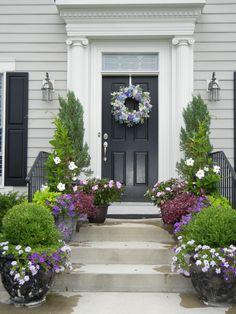Amazing 42 Beautiful Summer Porch Design Ideas To Copy Right Now Front Porch Plants, Front Porch Steps, Farmhouse Front Porches, Front Porch Design, Front Door Entrance, Front Door Decor, Front Doors, Veranda Design, Porch Kits