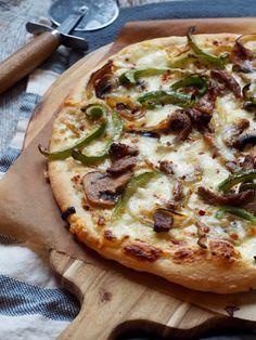 Pizza med biff og paprika (og hvit saus) #pizza #recipe #oppskrift #middagstips #dinner #biff #steak #hjemmelaget #homemade Vegetable Pizza, Carne, Quiche, Nom Nom, Food Porn, Baking, Vegetables, Recipes, White Sauce