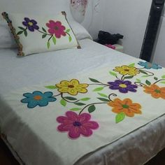 Designer Bed Sheets, Designer Throw Pillows, Hand Embroidery Videos, Hand Embroidery Patterns, Patchwork Quilt Patterns, Applique Quilts, Draps Design, Bed Sheet Painting Design, Fabric Painting On Clothes