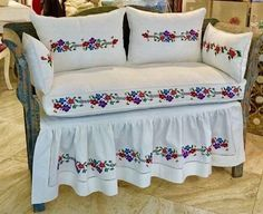 1612 likes 44 kommentare Sofa Furniture, Kitchen Furniture, Designer Bed Sheets, Crochet Bedspread Pattern, Ideas Hogar, Quilt Bedding, Diy Arts And Crafts, Chair Covers, Fabric Sofa
