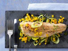 Gebratene Saiblingsfilets mit Kürbis und Lauch - Kalorien: 300 Kcal - Zeit: 30 Min. | eatsmarter.de #pumpkin #herbst #fisch