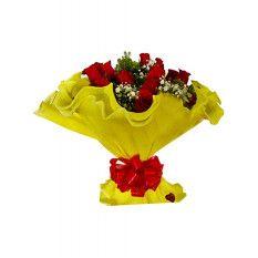 Ramo de 12 rosas rojas en papel crepé