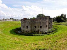De Westbatterij in Muiden is één van de drie overgebleven torenforten binnen de Stelling van Amsterdam en maakt onderdeel uit van het Zuidoostfront. Met zijn robuuste uiterlijk valt de Westbatterij op tussen de moderne, gestandaardiseerde type forten die voor de Stelling van Amsterdam waren ontwikkeld. De op een middeleeuws vestingwerk lijkende Westbatterij werd in 1852 gebouwd als onderdeel van de algehele modernisering van de Vesting Muiden.