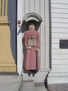 Kokkola Kälviän kirkon vaivaisukko on pituudeltaan 166 cm. Sen tekijäksi mainitaan kälviäläinen isäntä Erkki Lassila.