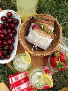 picnic food outdoor dining with family and friends Picnic Date Food, Family Picnic Foods, Picnic Time, Gourmet Sandwiches, Sandwich Bar, Party Sandwiches, Comida Picnic, Date Recipes, Aesthetic Food