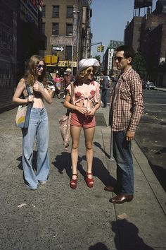Jodie Foster and Robert De Niro on the set of Martin Scorsese – Taxi Driver 1976 70s Inspired Fashion, 60s And 70s Fashion, Retro Fashion, Vintage Fashion, Seventies Fashion, Fashion Music, Nyc Fashion, Fashion History, Fashion Tips
