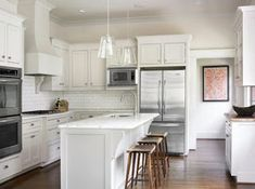 White Shaker Kitchen Cabinets - Design photos, ideas and inspiration. Amazing gallery of interior design and decorating ideas of White Shaker Kitchen Cabinets in kitchens by elite interior designers. White Shaker Kitchen Cabinets, Kitchen Cabinet Remodel, Kitchen Cabinet Design, White Cabinets, Kitchen Cabinetry, Cupboards, Style Shaker, Shaker Style Kitchens, Home Kitchens