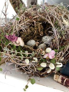 🌟Tante S!fr@ loves this📌🌟Foraging Happiness ~ DIY Bird Nest ~ LeCultivateur Spring Birds, Spring Flowers, Bird Nest Craft, Bird Nests, Preschool Garden, Decoration Originale, Easter Wreaths, Faux Flowers, Ikebana