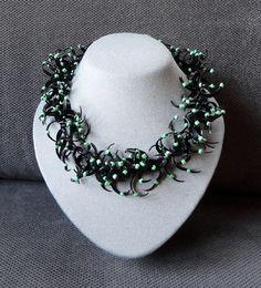 Zwarte halsketting met groene kralen. AnnesSierraad,