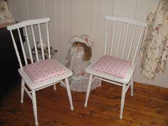 Twee oude stoelen opknappen Vintage Farm, Norway, Dining Chairs, Blog, Furniture, Home Decor, Vintage Farmhouse, Decoration Home, Room Decor