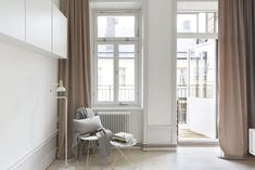 Stylish minimal apartment of only 30 with velvet curtains Dusty Pink Curtains, Velvet Curtains, Minimal Apartment, Apartment Living, Apartment Design, Boho Deco, Interior Architecture, Interior Design, Interior Styling